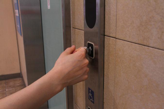 エレベータボタン押したくない